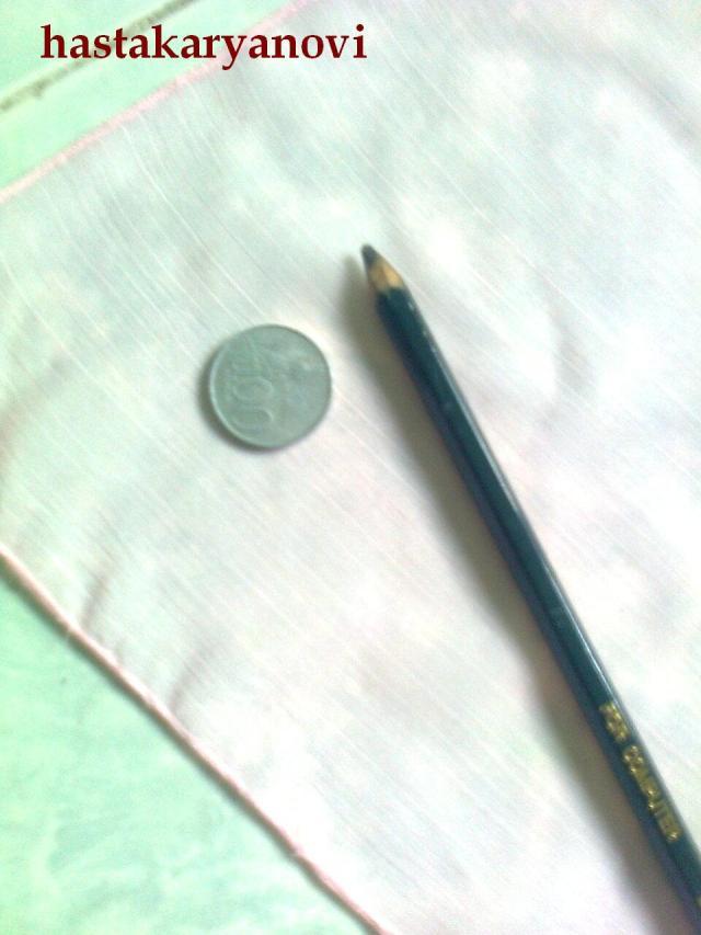 Gambar bentuk pola pada kain menggunakan pensil dan koin. Buatlah ...